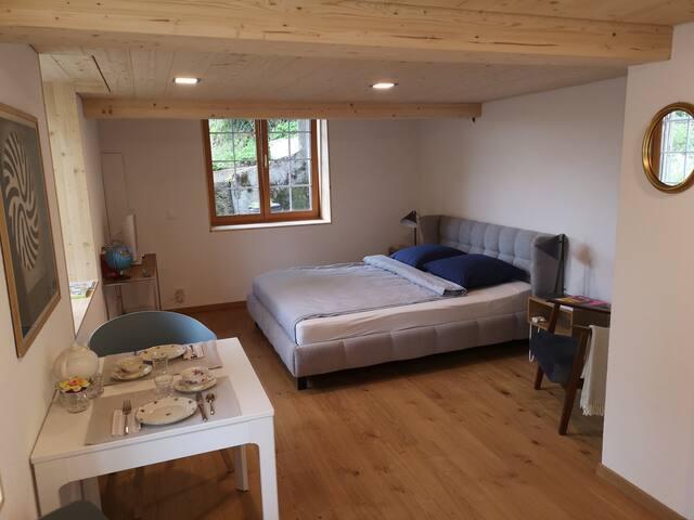 Neu renoviertes und stilvoll eingerichtetes Zimmer