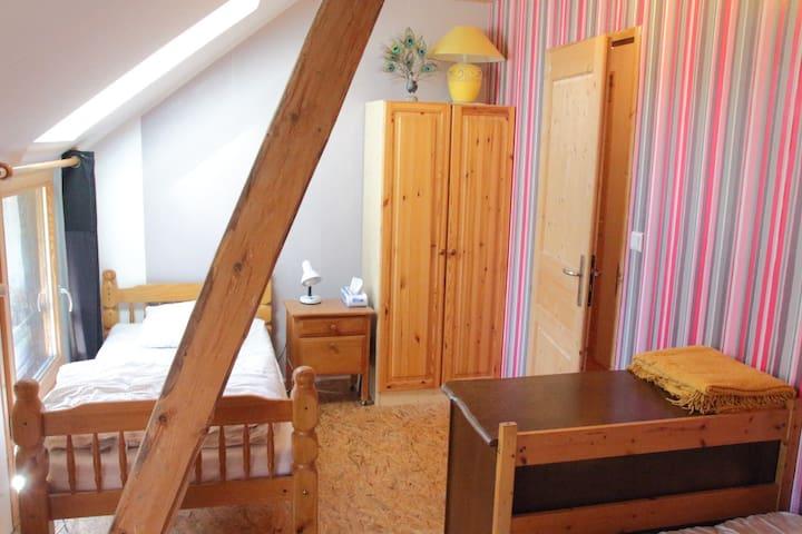 La chambre 2 avec deux lits 1 place