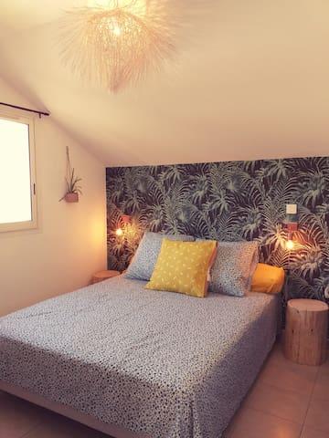 La chambre climatisée avec son lit 160cm et un grand placard où vous pourrez ranger toutes vos affaires.Depuis la fenêtre vous aurez une superbe vue sur la pointe au sel.