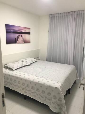 Quarto Casal com cama extra, ar condicionado split, guarda roupas.