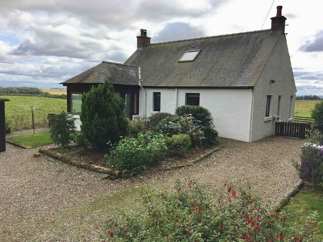 Cullow Cottage, Pet Friendly, Glen Clova, Angus