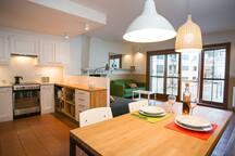 Cuina, menjador i sala donen a la terrassa.