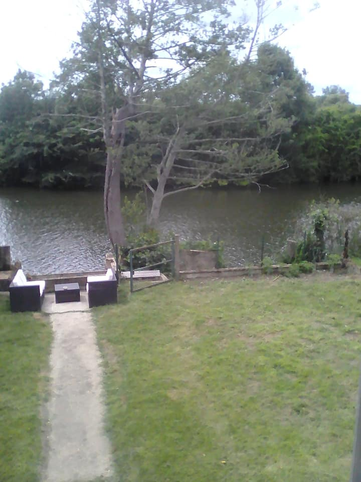 Petite maison au bord de la rivière