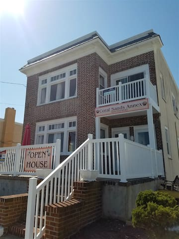 Great Location, Short Walk to the Beach, Boardwalk and Downtown and PET-FRIENDLY!