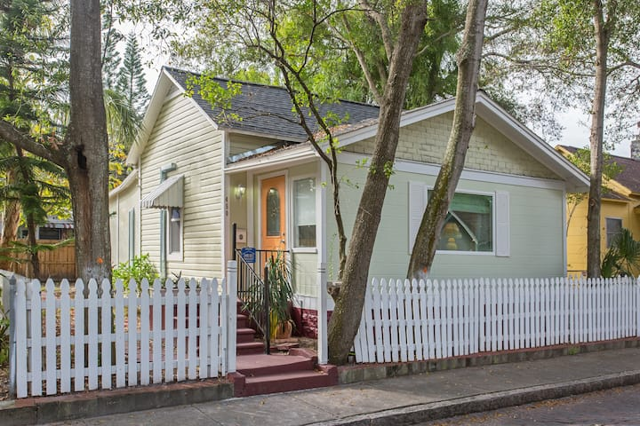 Cute cottage in Historical Uptown