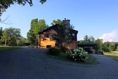 Spacious & bright cottage, pool & sauna, nature - Mansonville