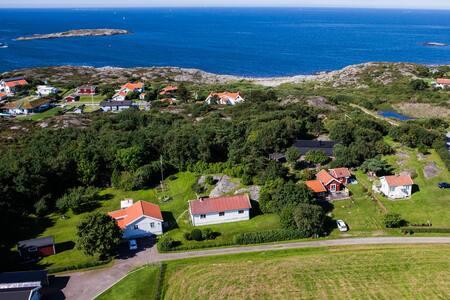 Fullt utrustat gästhus nära havet med trädgård
