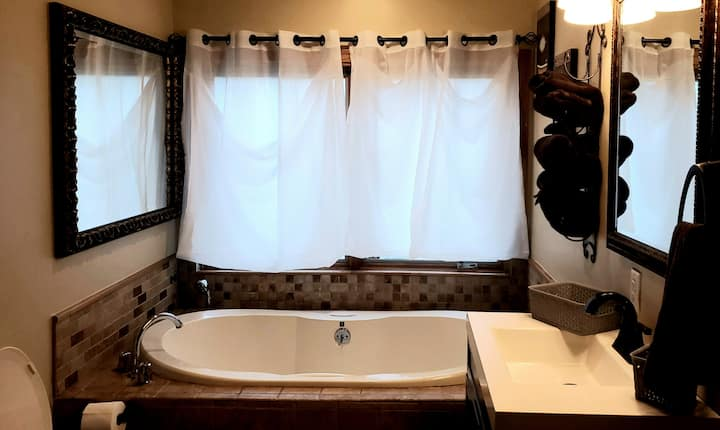 JACUZZI SUITE 2 Queen Beds Private and Romantic!