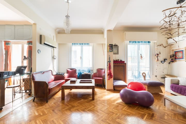 Cosy bedroom + bathroom in a spacious artist flat - Афины - Квартира