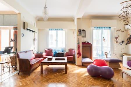 Cosy bedroom + bathroom in a spacious artist flat - 雅典 - 公寓
