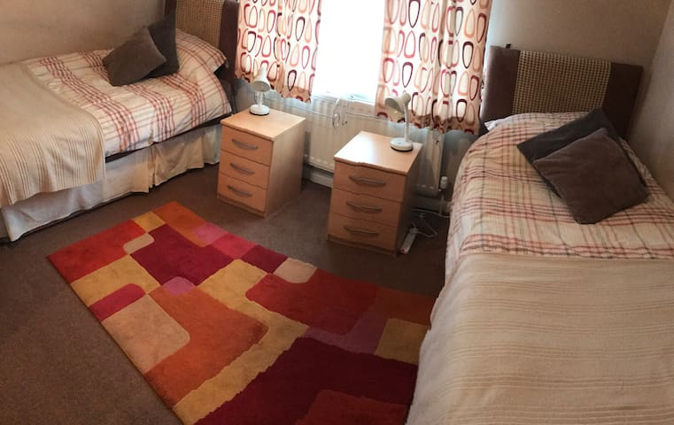Large Twin Room For 2 Guests - Guildford - House