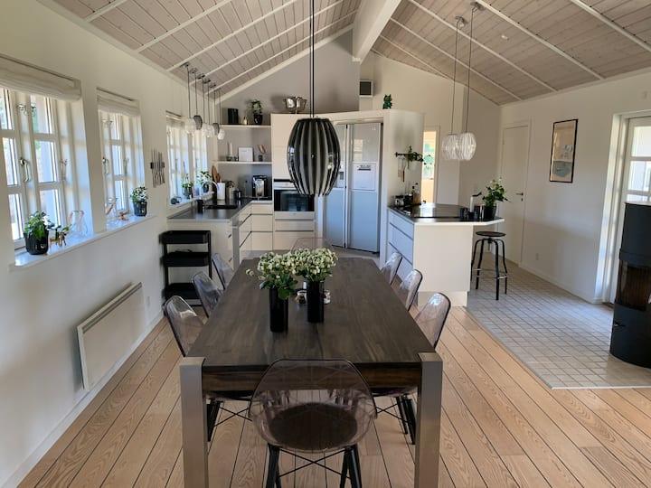 Lyst og rummeligt sommerhus på Enø