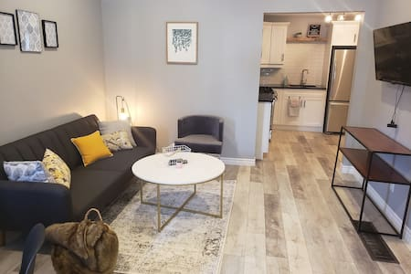 Trendy 2 Bedroom Flat in Home Close to Downtown