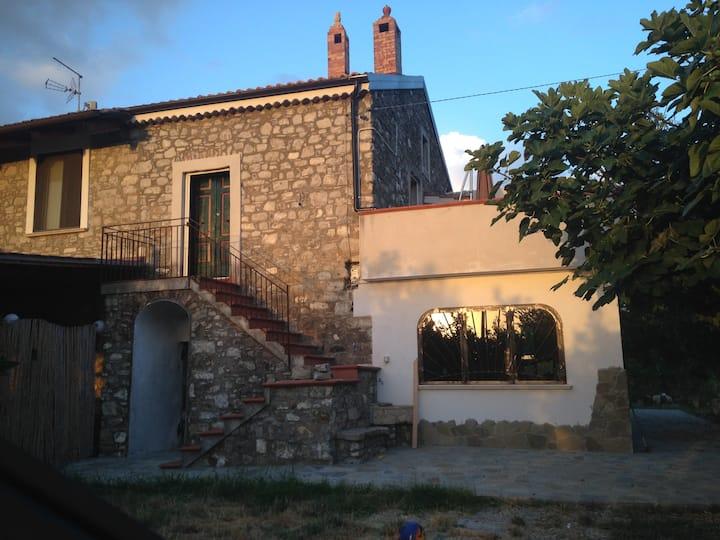 Casa in pietra nella piana di Paestum