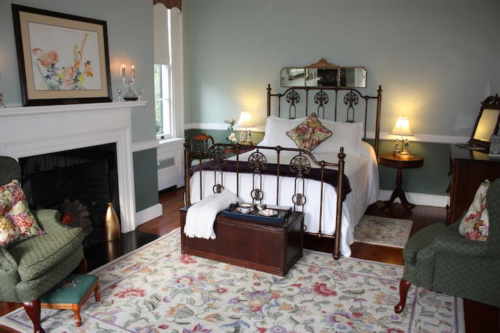 Sally Chesnut Bed Chamber, Queen Bed