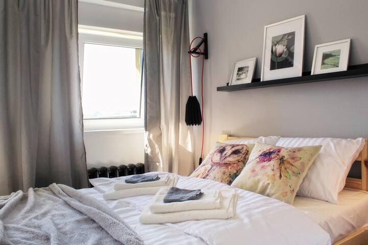 Czeka na Ciebie wygodne łóżko, miejsce do pracy i świetny widok za oknem.