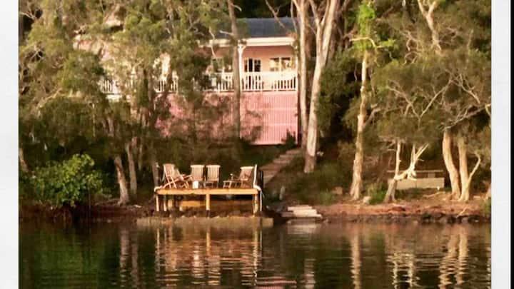 Noosa boutique lakefront cottage