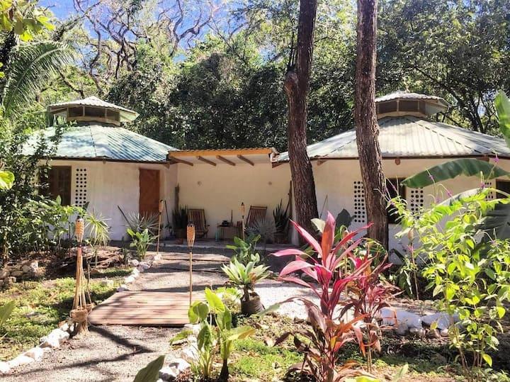 The Earthbag House - 5 min walk to Pelada beach!