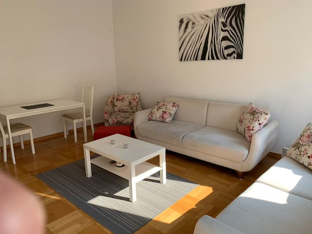 Sonnige Wohnung in U-Bahn , Straßenbahn & Bus Nähe