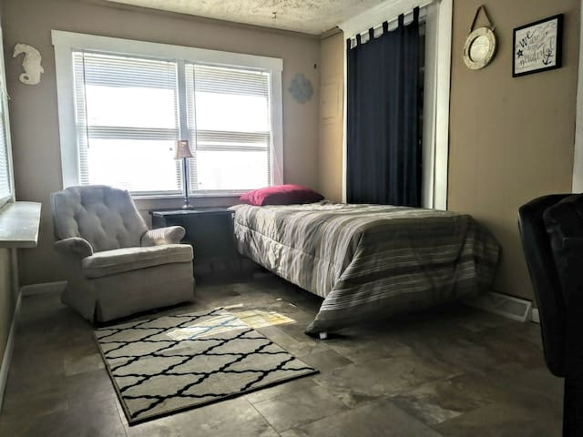 Large 5 bedroom house with small bedroom for rent.