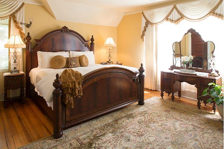 Holly Room - Black Walnut Bed and Breakfast Inn