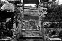 Είσοδος του θολωτού τάφου του Μινύα από την εξωτερική όψη.