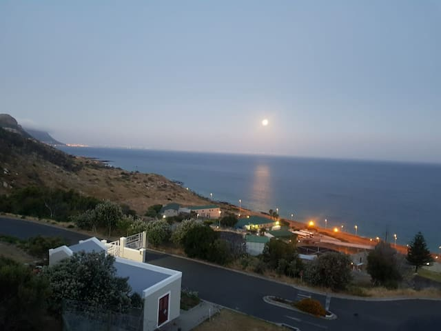 Hilltop, seaview apartment in an historic town!