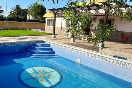 Casa lujo  cancha acristalada de padel y piscina