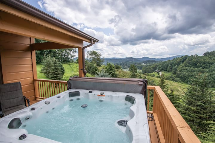 4BR Lodge in Boone, Mtn Views, Hot Tub, Pet Friendly, Game Tables, Nearby Skiing