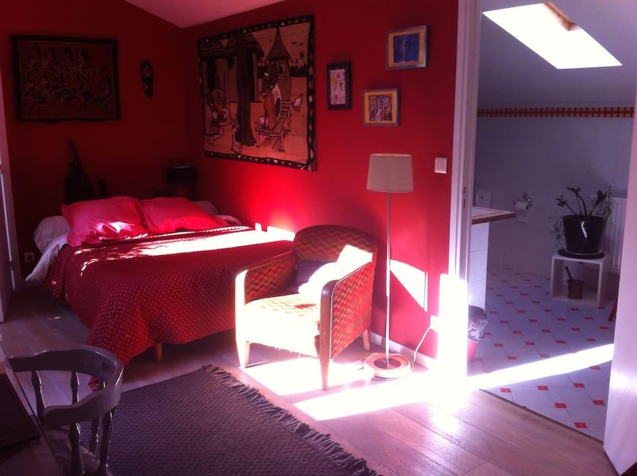 chambre color e avec salle de bains priv e maison d. Black Bedroom Furniture Sets. Home Design Ideas