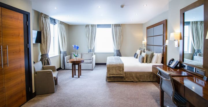 Classic Exec Double Room with WiFi & Breakfast