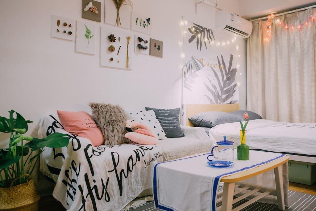 温暖清新的装修风格,小沙发和地毯能够放松地度过休闲时光,还有舒适的1.8m大床
