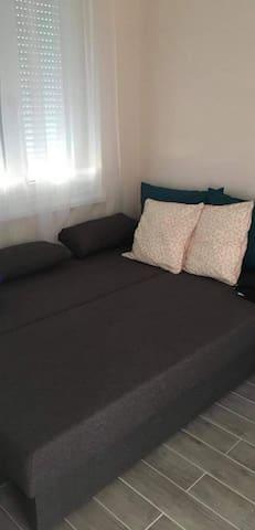 Hálószobában az ágy.