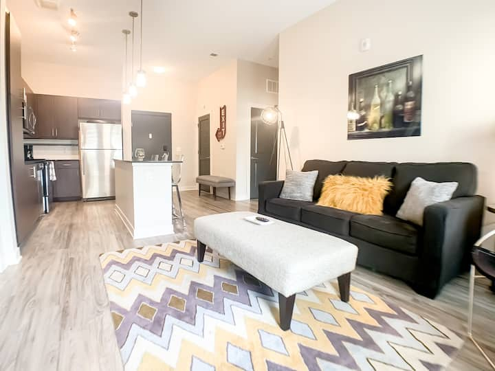 ~ Luxurious Double King Bed Apt at The Brix ~ Hot Tub/Gym/Pool! ~