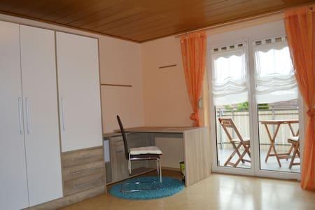 Grosses Zimmer mit Balkon - Wurmlingen - Rumah