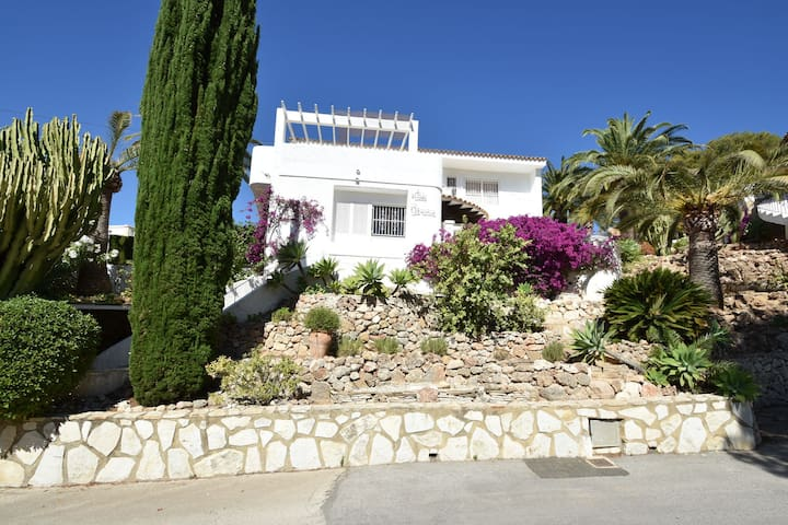 8 pers Luxury villa in prime location, beautiful view, private pool, 500 m golf course