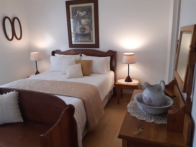 En-suite bedroom (WiFi) close to heart of business