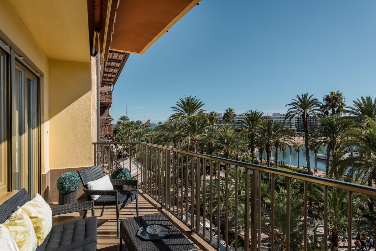 Un mar de palmeras a tus pies frente a la marina de Alicante
