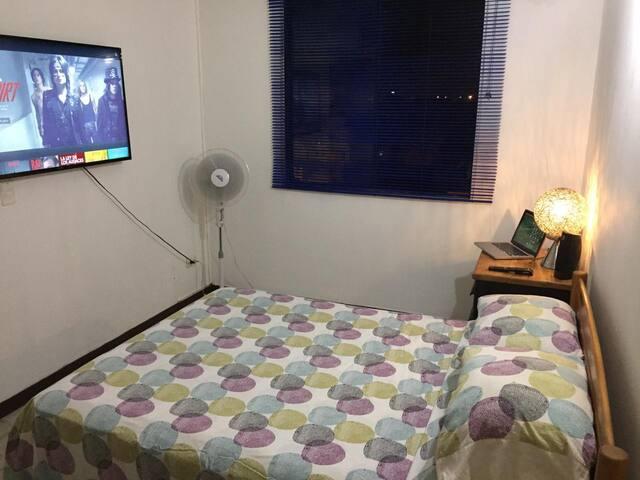 """Amplia habitación con Baño Privado. TV 50"""" Netflix"""
