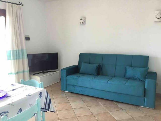 Soggiorno, Smart TV con abbonamento Netflix e divano letto. Living room, Smart TV with Netflix subscription and sofa bed.