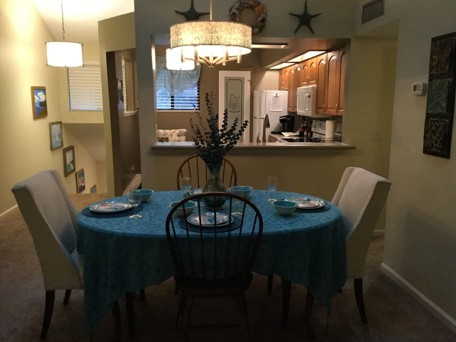 Dining table that with leaf seats 6