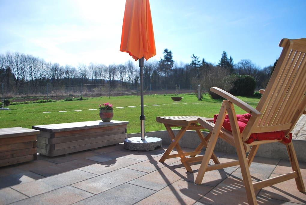 Hinter der Terrasse ist eine riesige Wiese - willkommen!