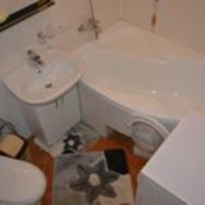 полотенца ,туалетные принадлежности
