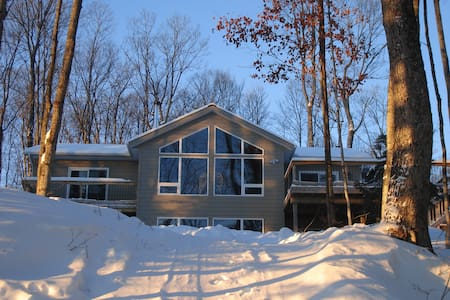 Luxury Lakeside Haliburton Cottage with Hot Tub - Haliburton