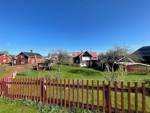 Hus m. stor trädgård ca 1 mil utanför Borlänge