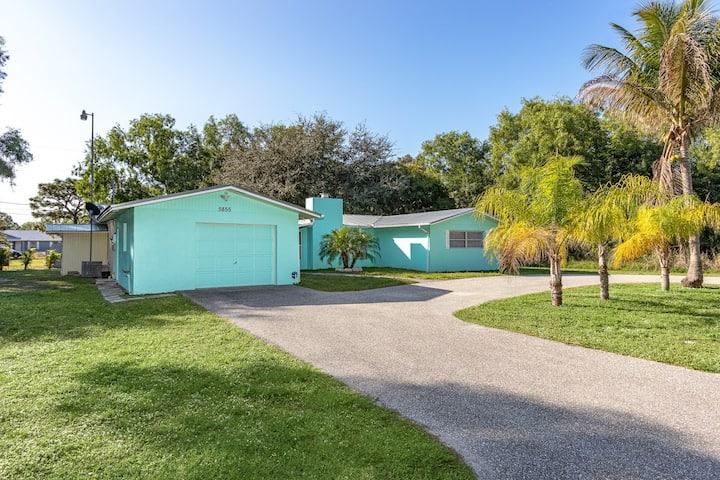 2/2 in Bokeelia! Double lot, space to park your boat and trailer!