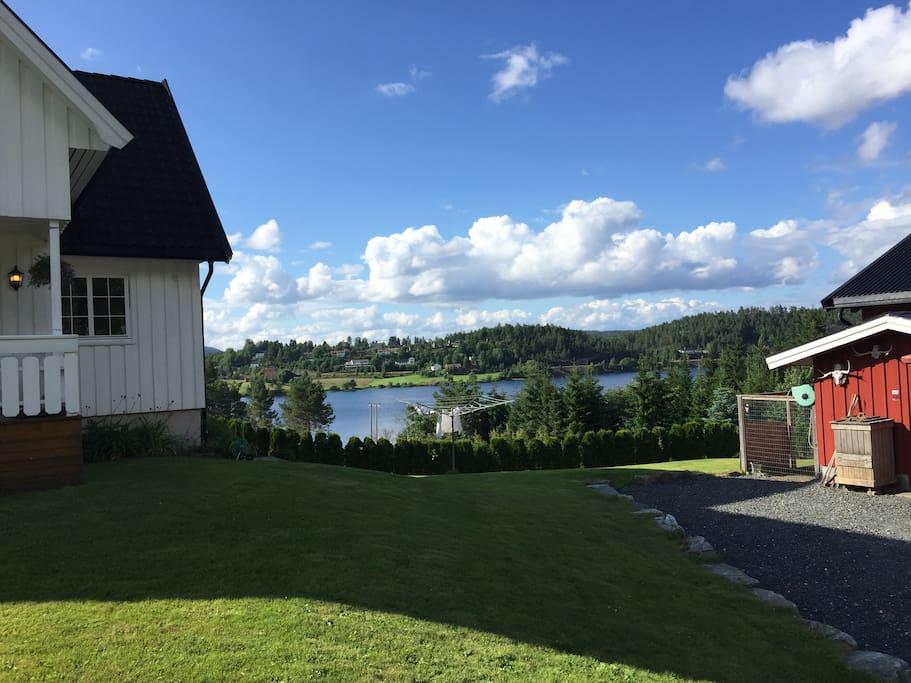 Frå gardstunet har ein utsikt til Neslandsvatn. // View to lake Neslandsvatn.