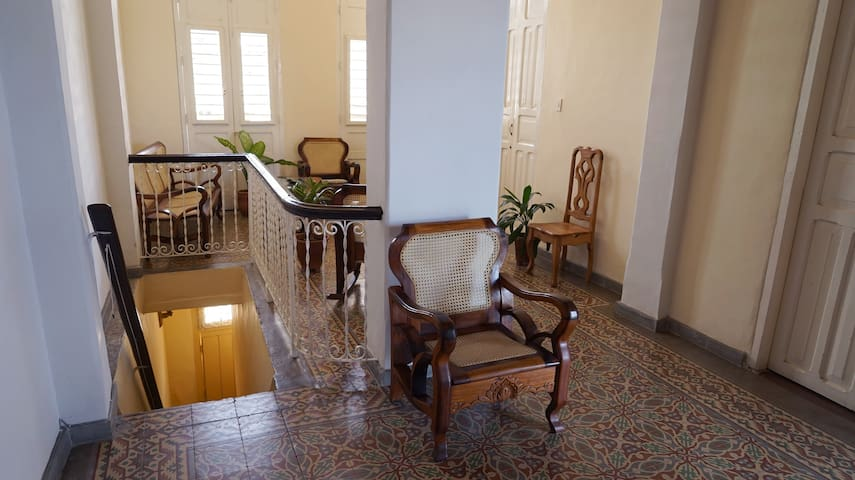 L'escalier par lequel on accede au salon