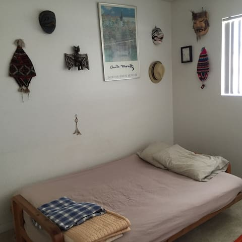 One Extra Bedroom with Closet - Montebello - Wohnung