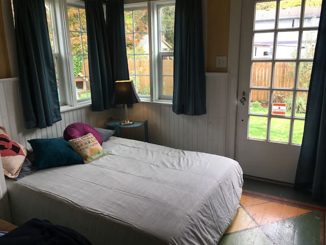 Cozy room in Central Salem